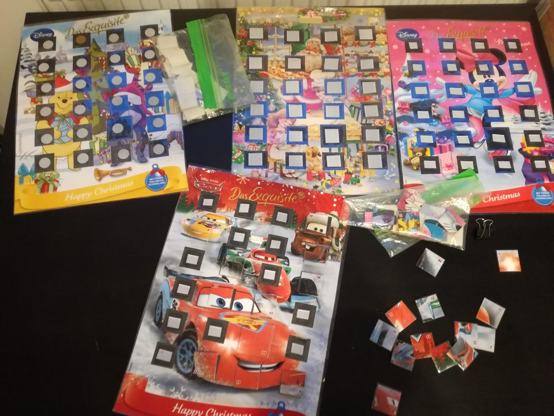 wycięte okienka w kalendarzu adwentowym w formie puzzli